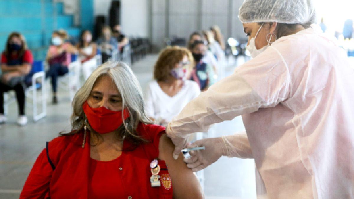 Ayer se pusieron 500 vacunas a docentes.