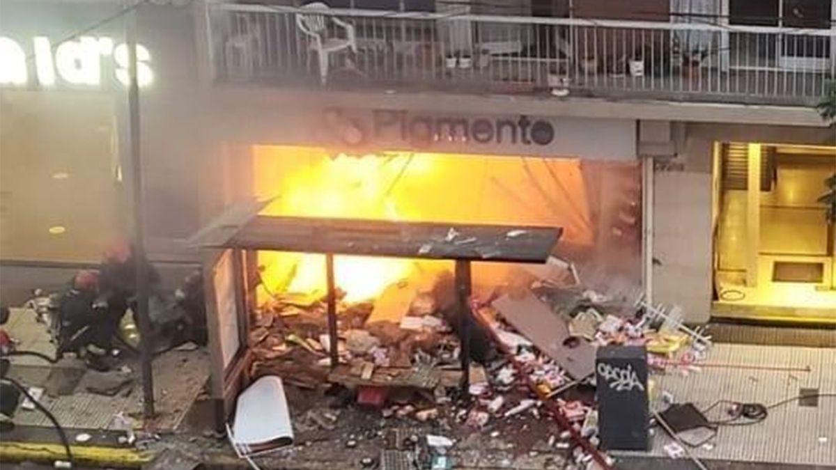 El incendio se desató tras una explosión en una perfumería porteña.