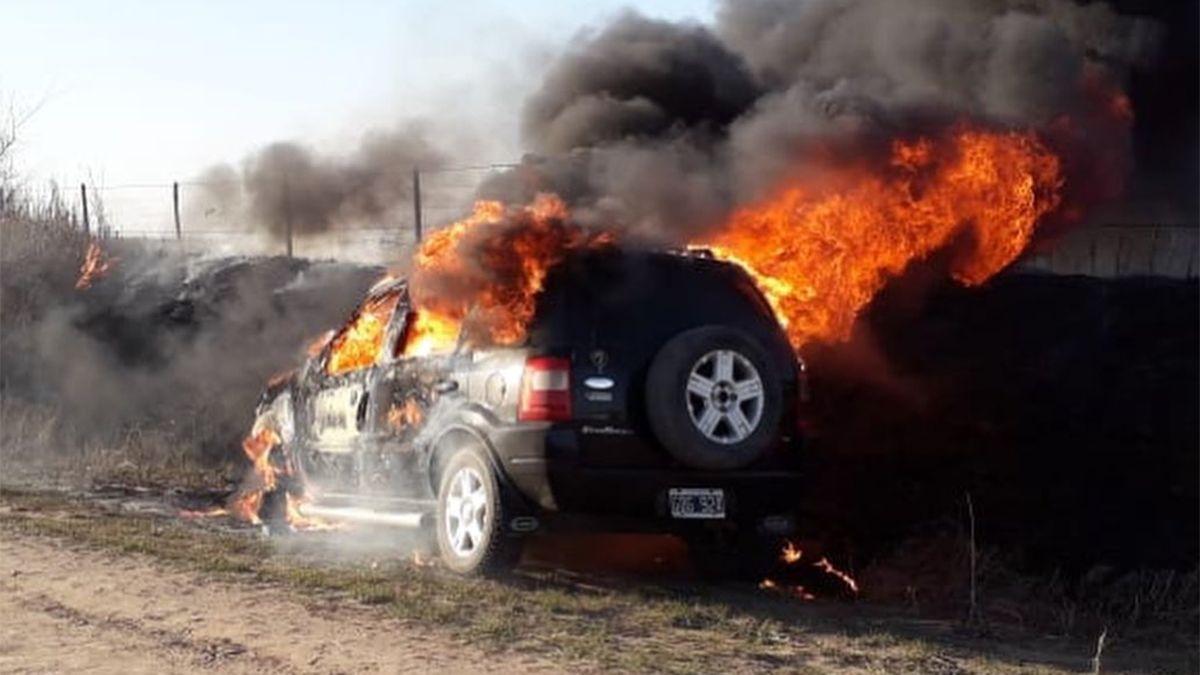 Un incendio registrado en un vehículo Ford Ecosport derivó en un incendio sobre un lote contiguo con pastizales en un sector rural.