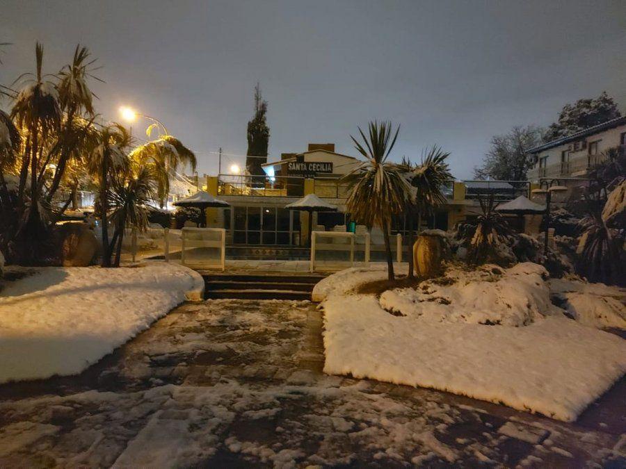 La nieve sorprendió a los cordobeses en la mañana del miércoles