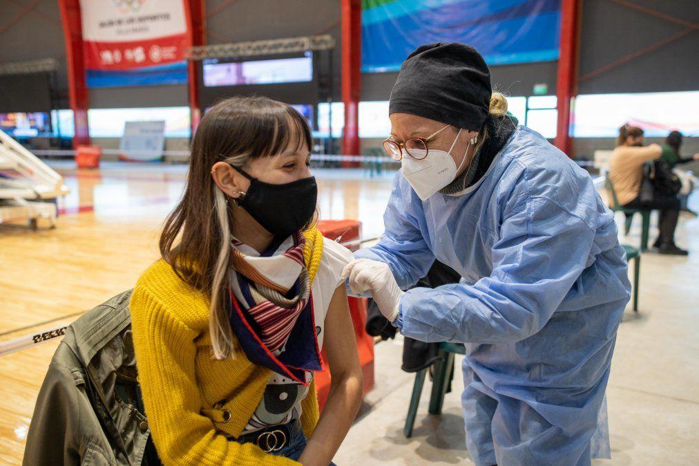 La vacunación en Villa María se realiza en el nuevo salón de los deportes.