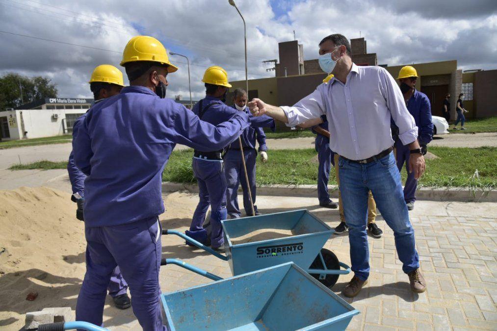 Con la mano de obra de internos carcelarios, avanzando en el adoquinado de Barrio Belgrano