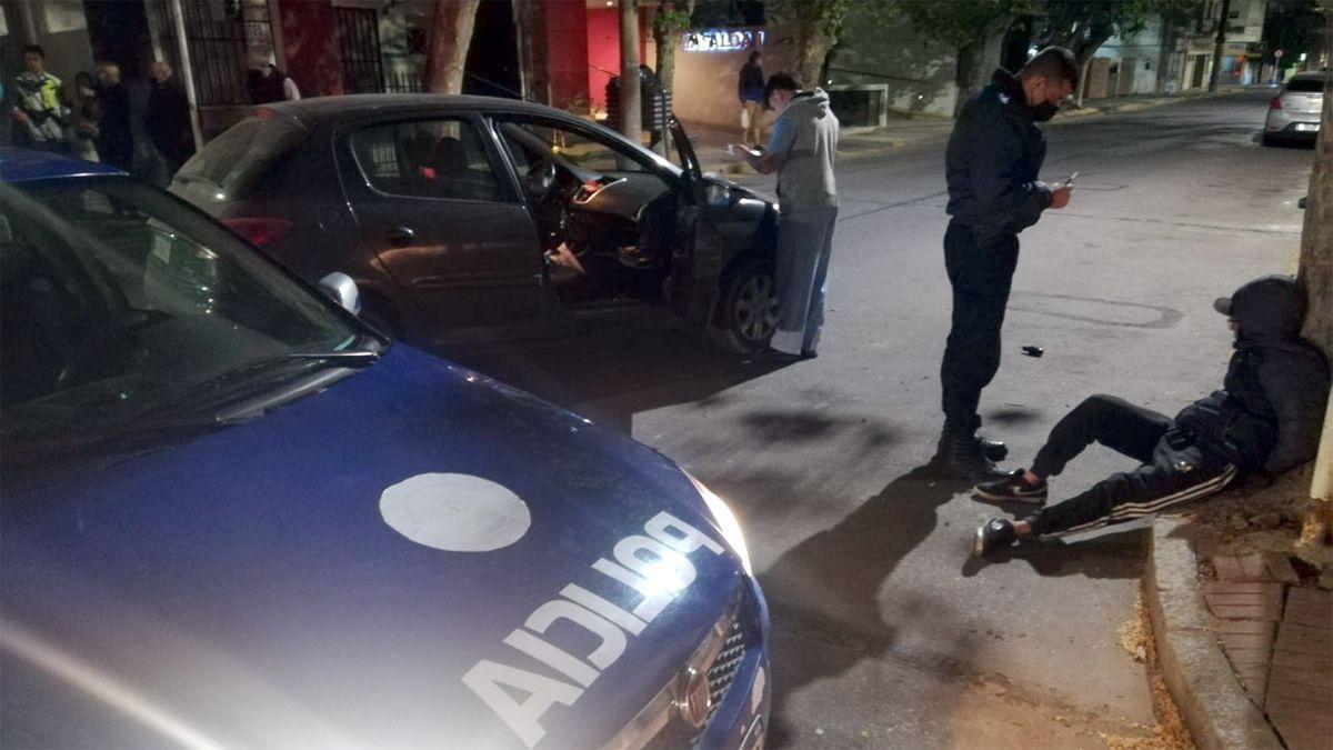 El motociclista fue esposado al ser identificado por la Policía.