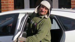 """Haga frío o calor, Jorge María está firme en la manzana donde se gana la vida. """"Estoy muy agradecido a la gente, ya no tengo dónde poner todo lo que me trajeron"""", dijo."""