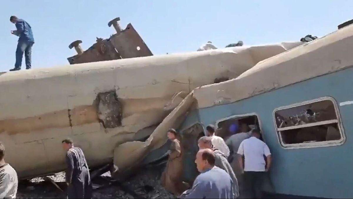 Al menos 32 muertos y 66 heridos al chocar dos trenes en Egipto