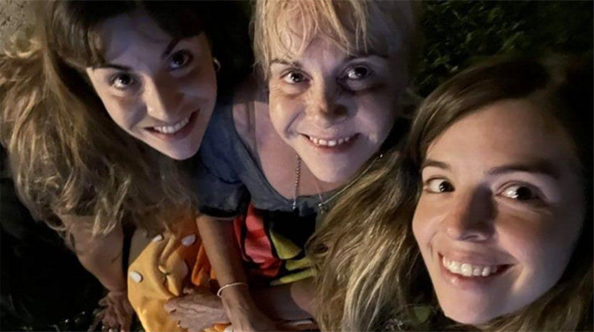 Gianinna y Dalma Maradona junto con su mamá