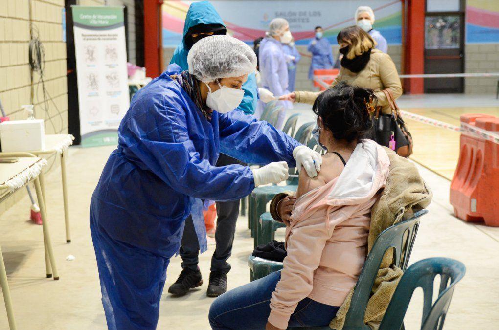 La vacunación continúa avanzando a buen ritmo en el Salón de los Deportes.Ahora se prevé una campaña casa por casa