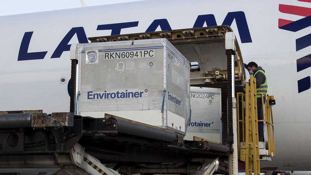 Argentina recibió este lunes otro cargamento con dosis de AstraZeneca.