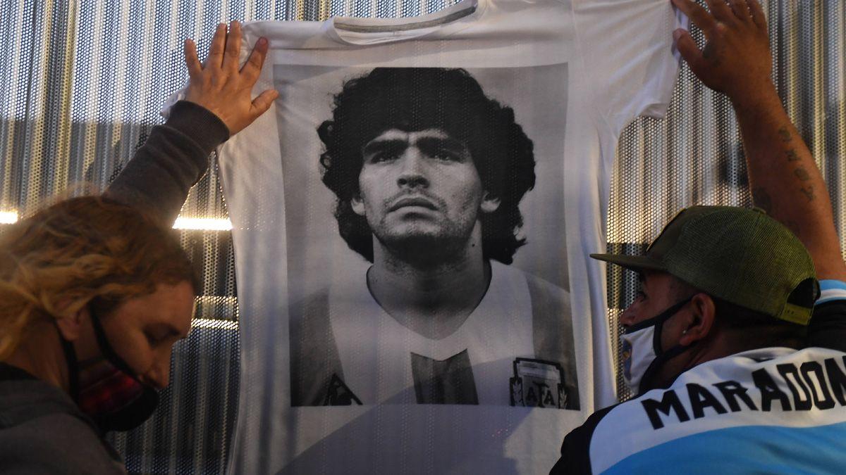 Los hinchas demuestran su afecto con Diego Armando Maradona.