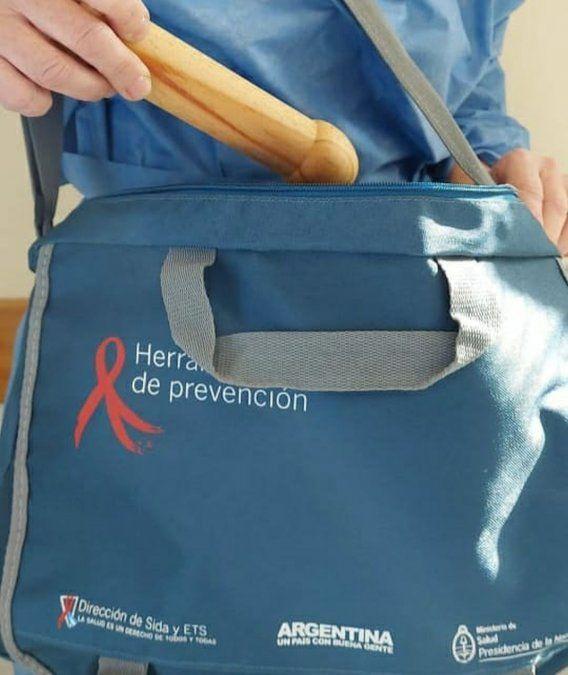 Se incluyen penes de madera como material pedagógico para concientizar sobre el uso correcto del preservativo.