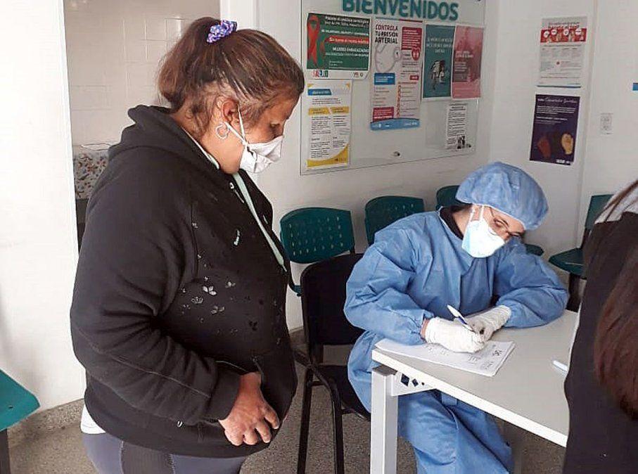 En barrio La Calera ya se inició el testeo a vecinos con síntomas. La actividad se desarrolla en el centro de salud