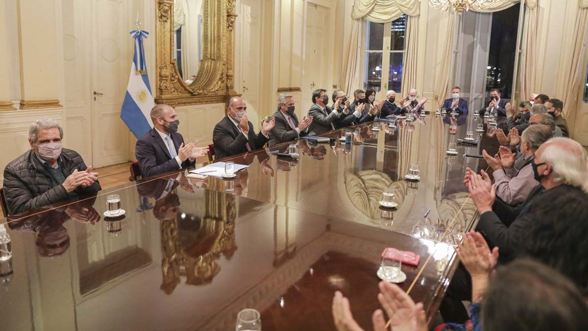 Alberto Fernández participó de la firma del acuerdo del aumento del salario mínimo.