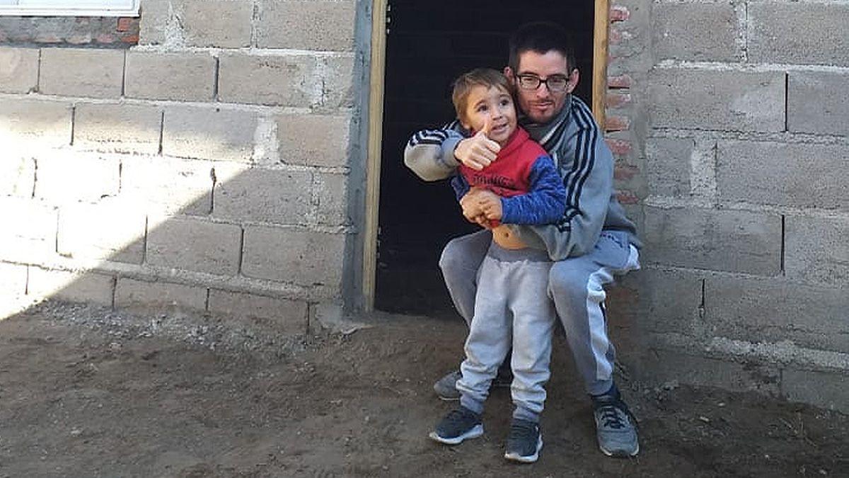 Tras vivir junto con su mamá en una precaria casa en la zona ferroviaria