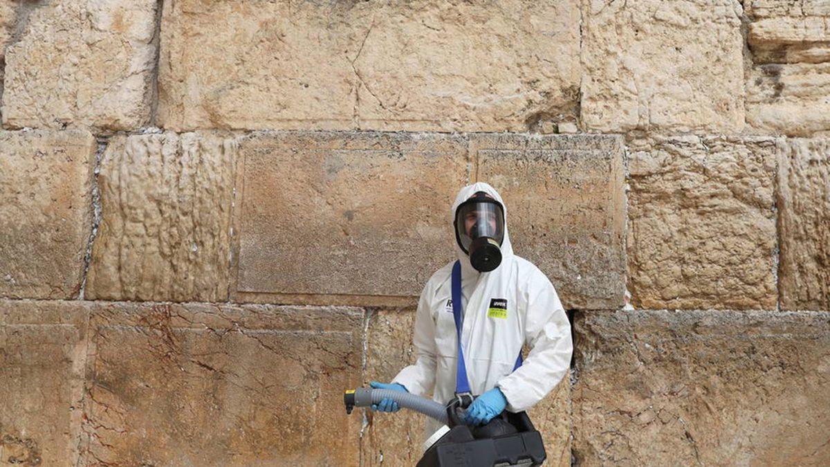 Un operario desinfecta el Muro de los Lamentos. Israel vuelve al confinamiento obligatorio.
