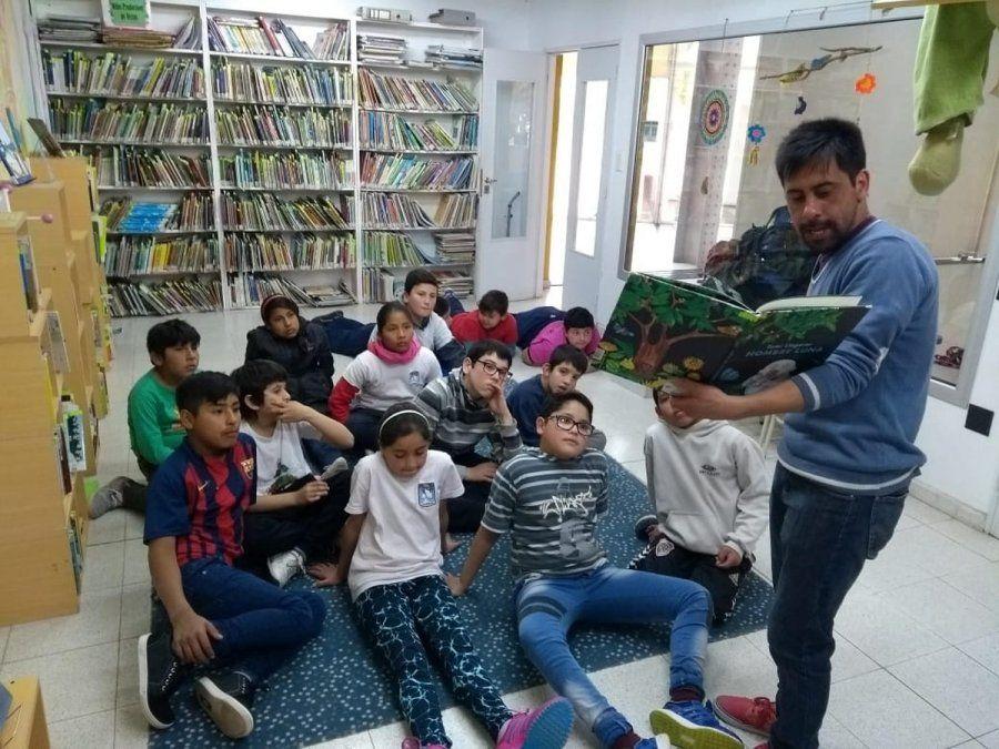 Alumnos de la escuela Fray Chanea junto a docente días antes de comenzar la cuarentena.