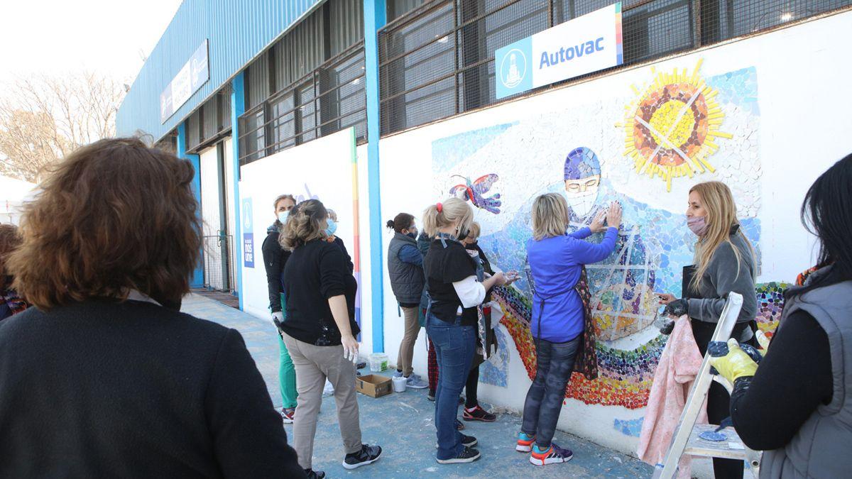 La obra de mosaiquismo se realizó en el Polideportivo 2 que funciona como vacunatorio.