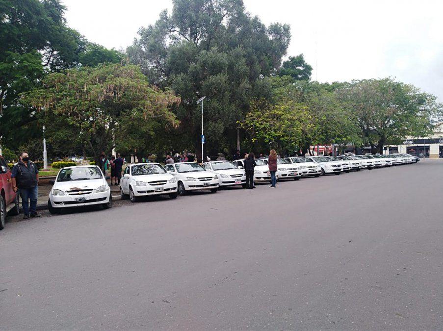 Taxistas realizan un paro y se movilizan hacia el Concejo Deliberante