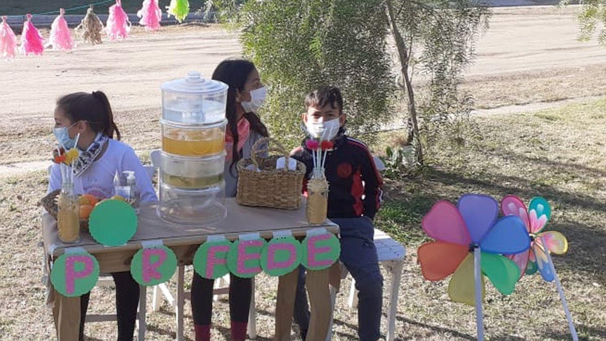 Tres chicos de Huinca Renancó armaron un puesto y prepararon jugo que vendieron a beneficio de Federico Ledezma.