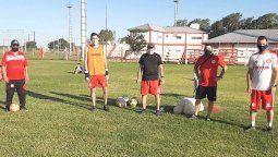 Las divisiones inferiores ya practican bajo el control de este cuerpo técnico: Daniel Magnone (utilero), Jonathan Scalzo (entrenador de arqueros), Héctor Machado (DT), Hernán Carassai (PF) y David Reano (DT).