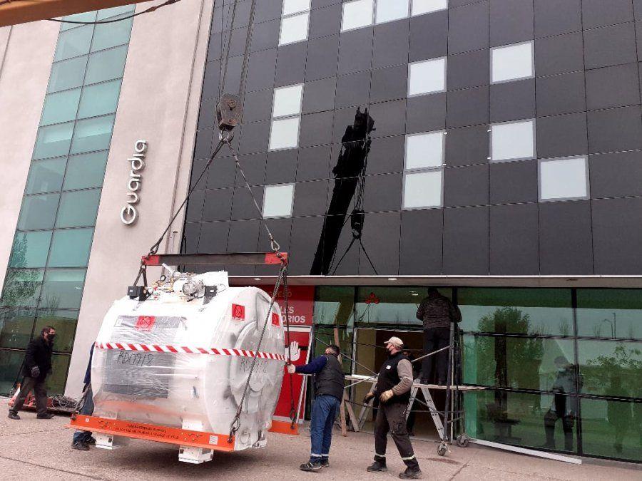 El resonador llegó en horas de la mañana de ayer. Una grúa lo depositó al frente del Hospital Pasteur. En dos semanas estará en funciones.