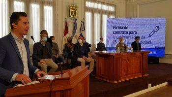 El vicegobernador Manuel Calvo encabezó la firma del convenio por la pavimentación de 75 cuadras con el intendente Juan Manuel LlamosasFoto: Matías Tambone