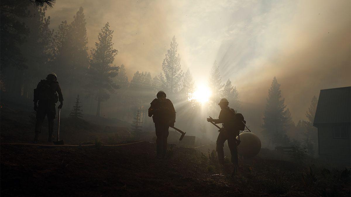 Miles de personas escapan de incendios forestales en Canadá y Estados Unidos