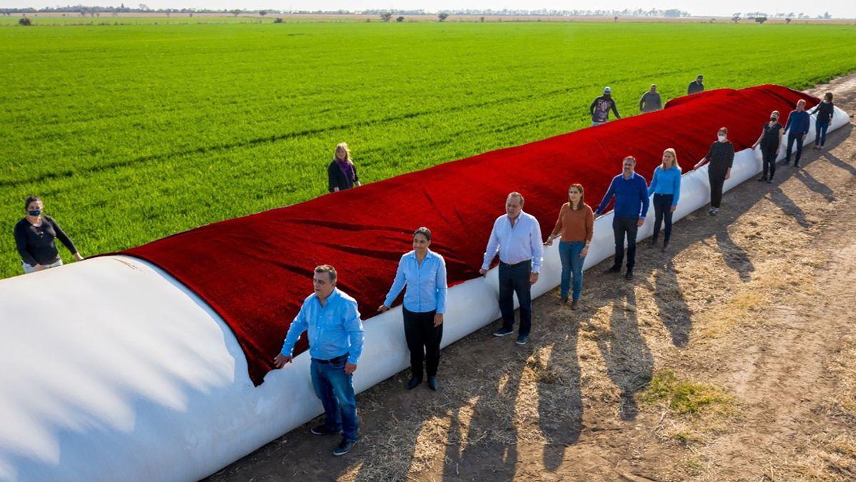 Los candidatos taparon con una tela roja el porcentaje de la producción que se lleva el Estado nacional en concepto de impuestos y retenciones.
