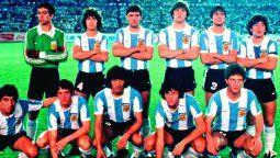 Foto para toda la eternidad de los campeones. Arriba: García, Carabelli, Simón, Rossi, Alvez y Maradona. Abajo: Escudero, Barbas, Ramón Díaz, Rinaldi y Calderón.