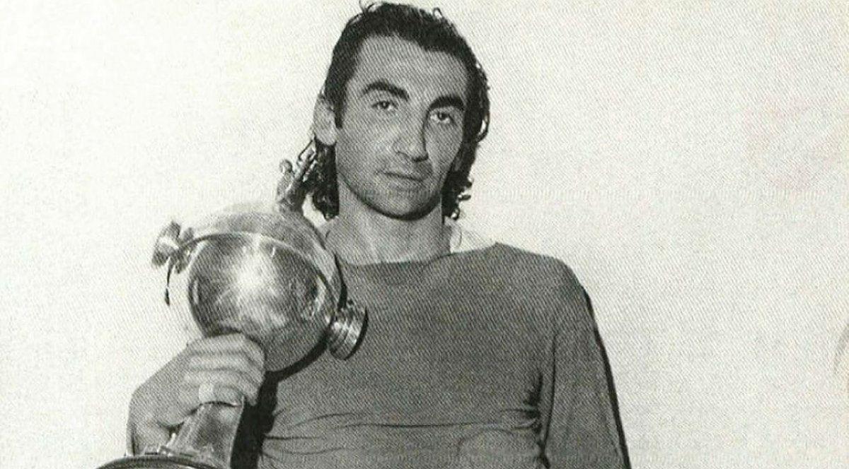 Zurdo copado. La imagen de Miguel Ángel López con la Copa Libertadores que obtuvo en cuatro oportunidades con Independiente. Rey de Copas.