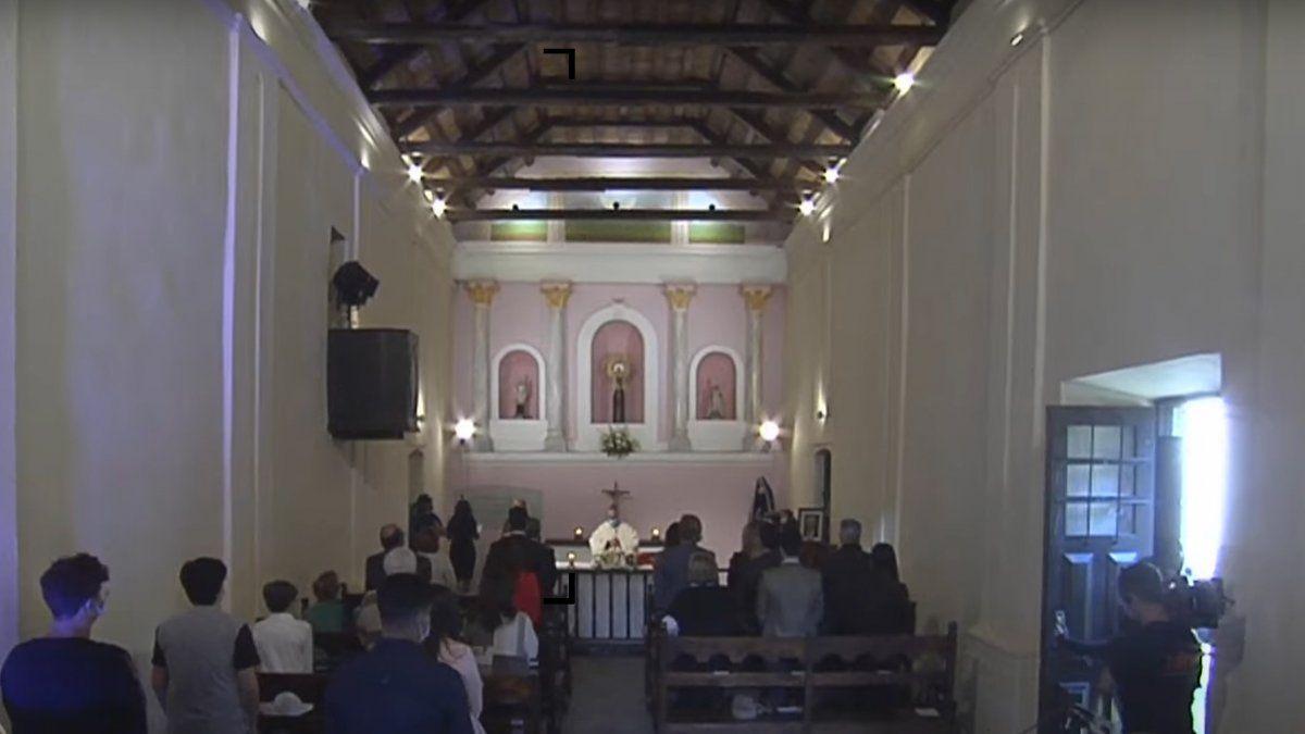 La ceremonia religiosa se desarrolla en la Capilla de Nuestra Señora del Pilar.