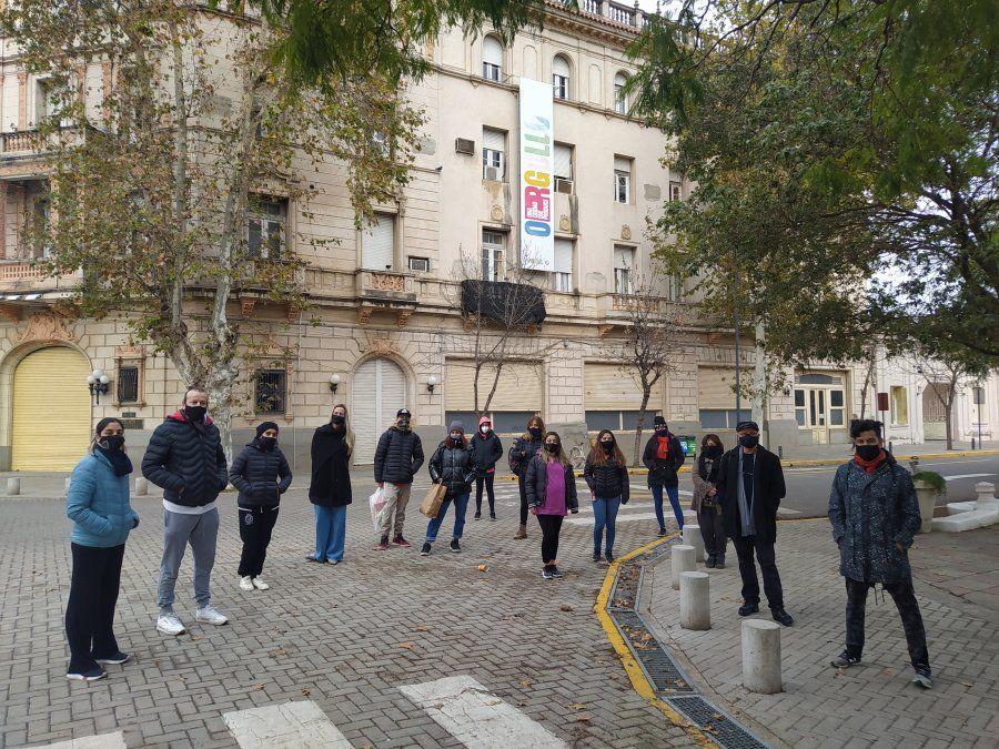 La concentración se dio pasado el mediodía del viernes frente al Palacio Municipal.