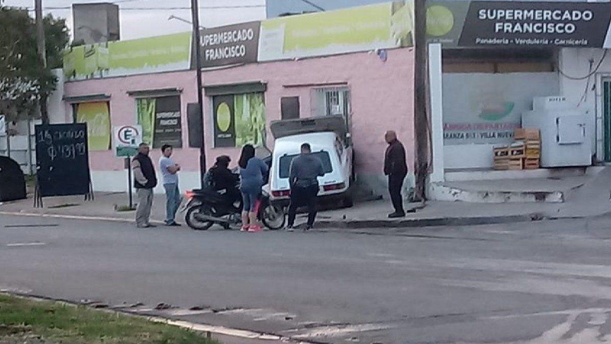 Accidente: auto se incrustó en la pared de un comercio