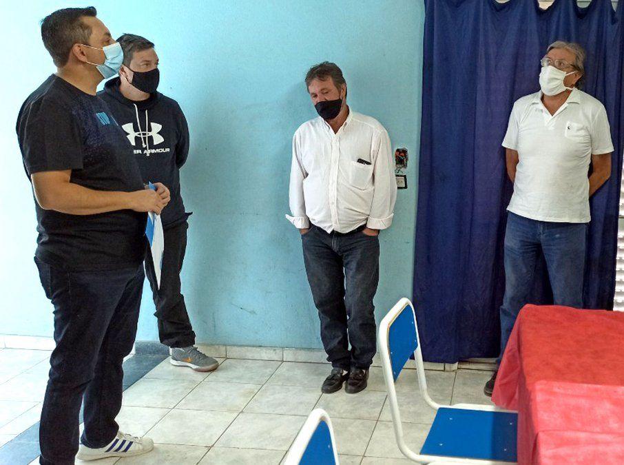 """Jorge Carranza y Carlos Domínguez cuando recibieron a Marcos Bovo. """"Restablecimos relación con los políticos. Sólo ofrecemos deporte a los chicos""""."""
