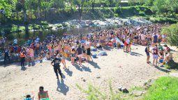 Desde el viernes hasta ayer, los jóvenes se congregaron de manera masiva en las costas del río Barrancas en Alpa Corral pese al fuerte operativo policial que se desplegó en el pueblo.