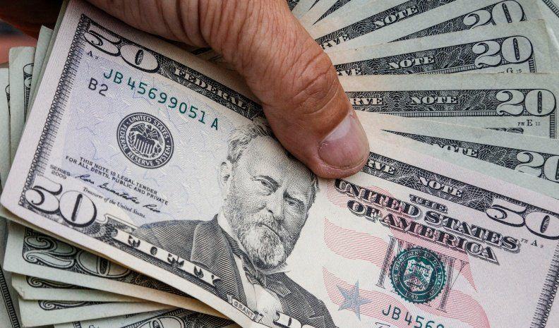 Suba de tasas y venta de US$1.382 millones para frenar el dólar