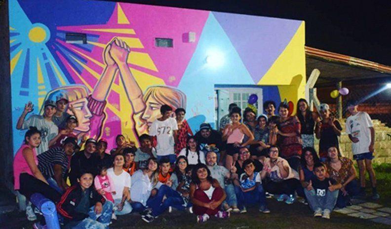 Con un nuevo mural festejan los once años