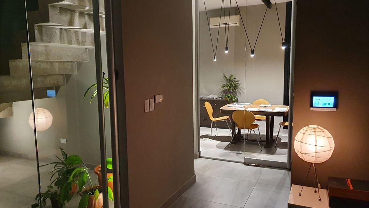 Distintos usos de la luz en un mismo interior permiten jugar con los volúmenes sin dejar de lado la funcionalidad de cada espacio.