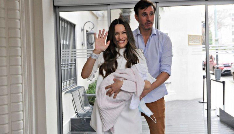 Pampita y su beba junto a Roberto García Moritán en la salida del Sanatorio Otamendi.