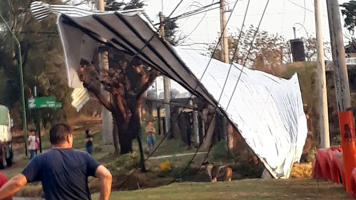 La tormenta de Santa Rosa arrasó con techos, árboles y cableado en Huinca