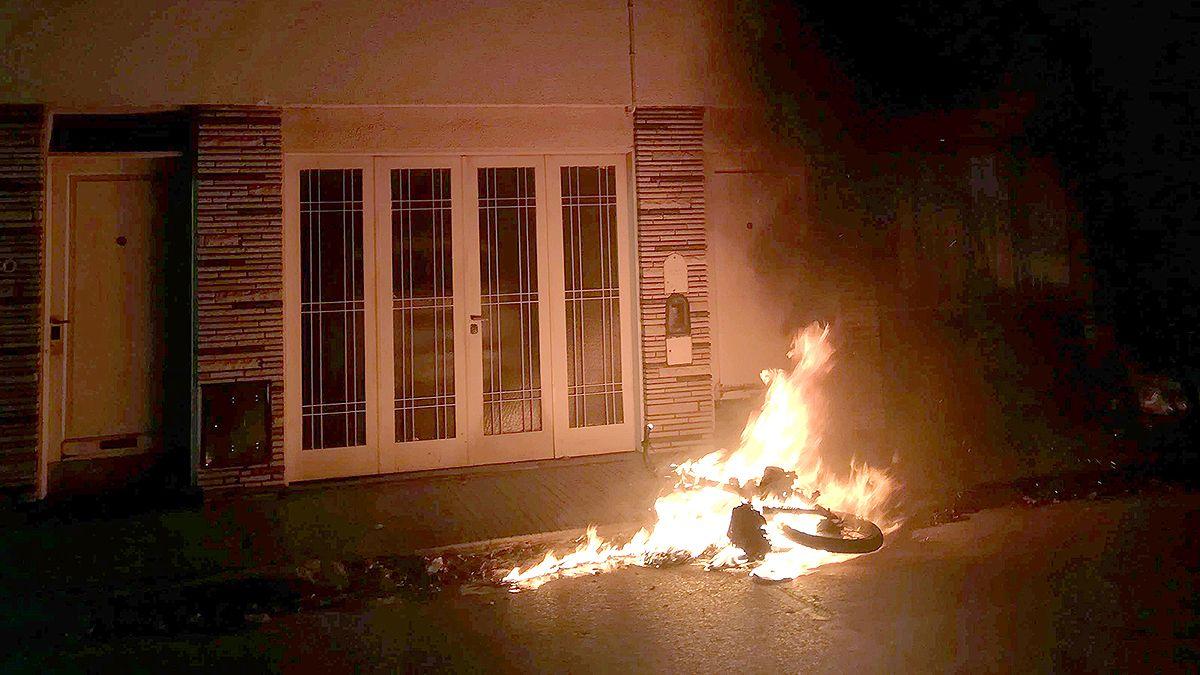 La moto quedó consumida por las llamas en Pringles al 100 y su conductor escapó de a pie.