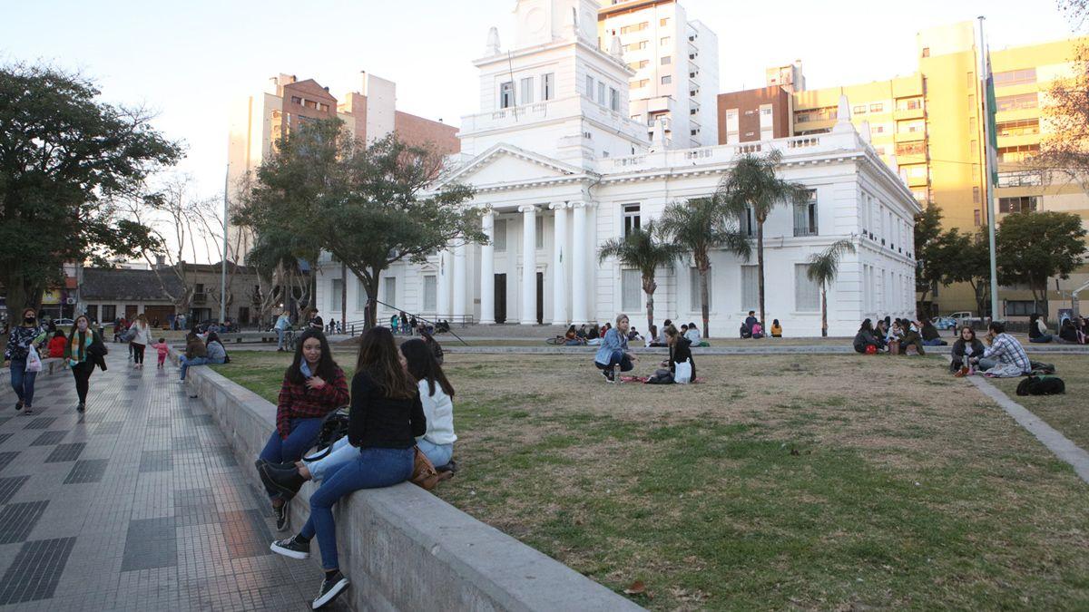 Las plazas y parques fueron los lugares elegidos para celebrar el Día del Amigo.