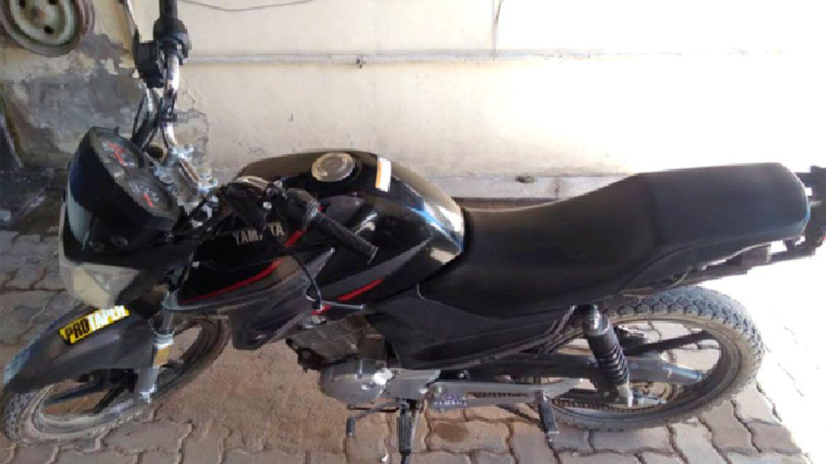 Una de las cuatro motocicletas que fueron secuestradas en las últimas horas por personal policial en distintos puntos de la ciudad.