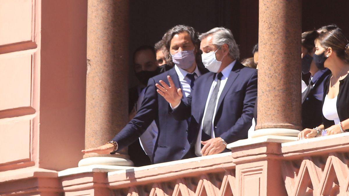 Alberto Fernández junto a Santiago Cafiero en el balcón de la Casa Rosada.