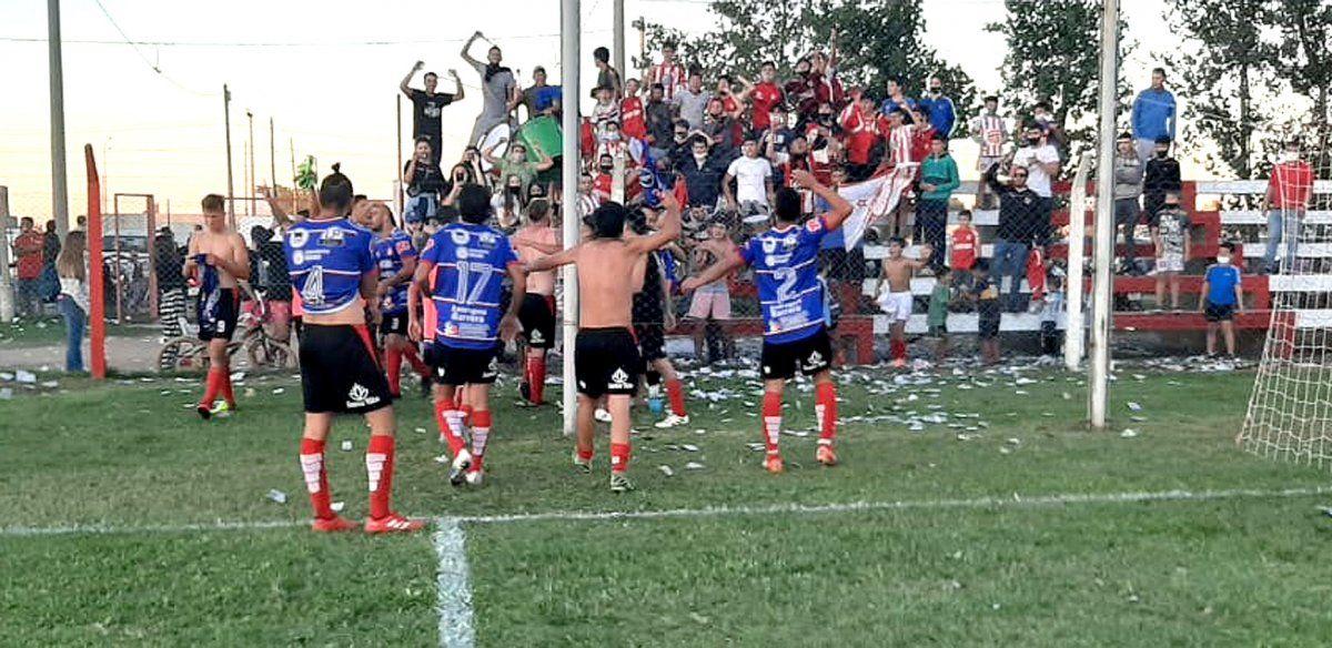 """El festejo de Alumni de cara a su gente. Los """"fortineros"""" empezaron a ganar y el miércoles se miden con Universitario"""