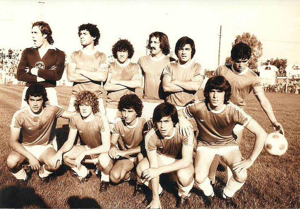 El equipo de Argentino que jugó en Plaza. Ganó 5-2 con 2 goles de Maradona y otros de Ríos