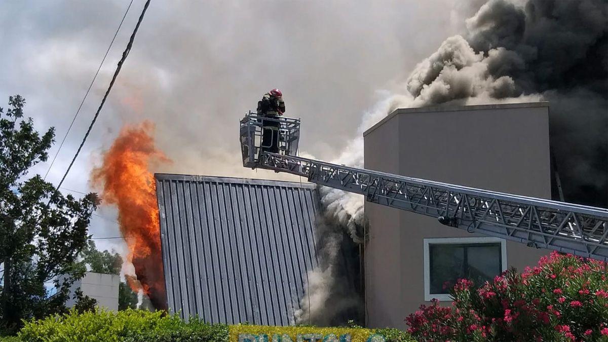 Voraz incendio en una vivienda de Villa Golf