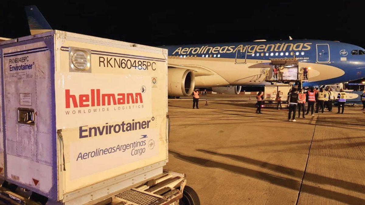 Llegó el primero de dos vuelos desde China con más de 700 mil Sinopharm
